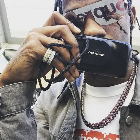 00-holding-travis-scott-lv